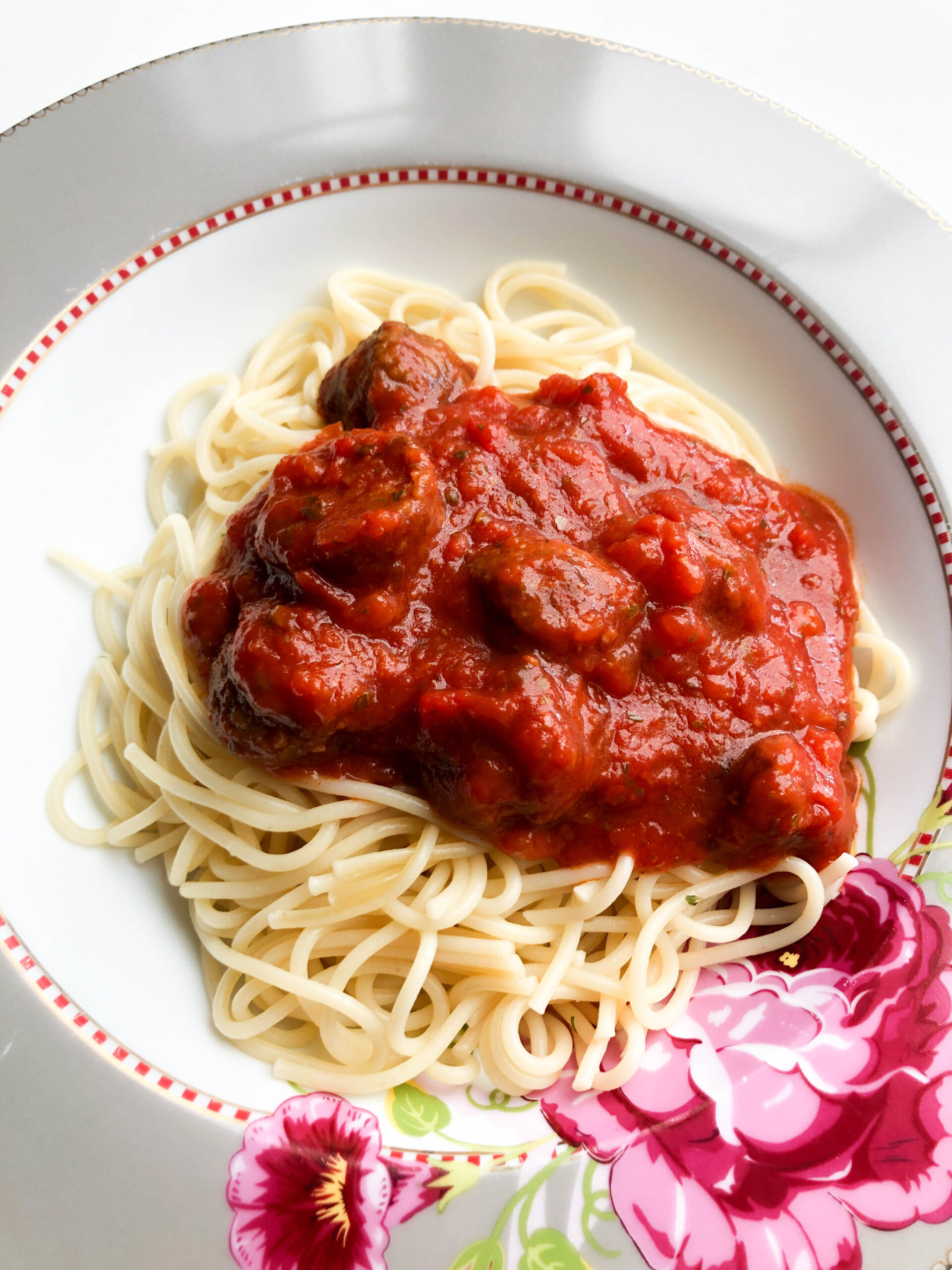 Read more about the article Easy budget pasta, tomatensaus & IKEA balletjes