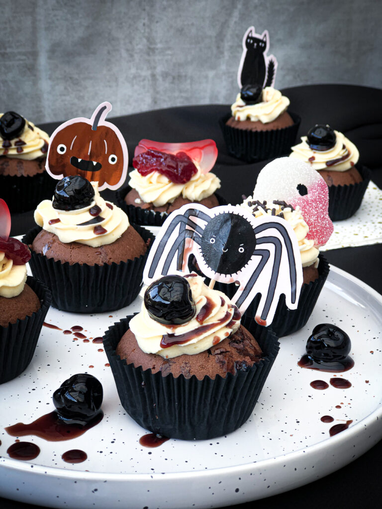 Read more about the article Bloody black cupcakes   Halloween '20